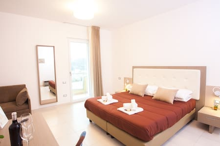 Master bedroom with private balcony,up to 4 guests - Termoli - Bed & Breakfast
