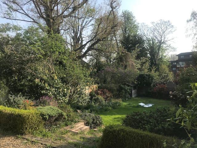Massive garden flat riverside location