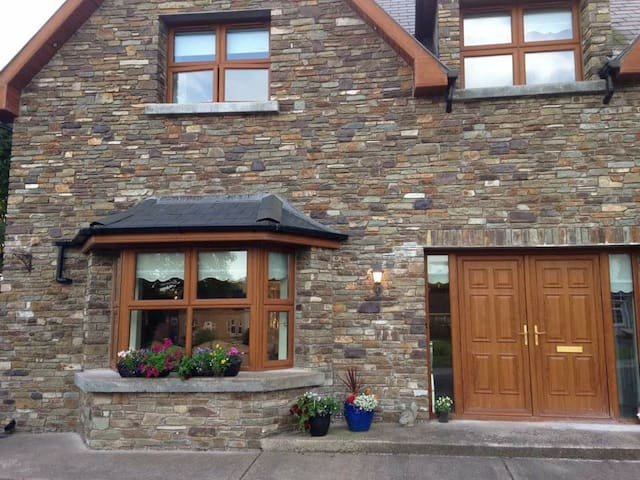 Beautiful ensuite triple room, off street parking - Blarney - Dom