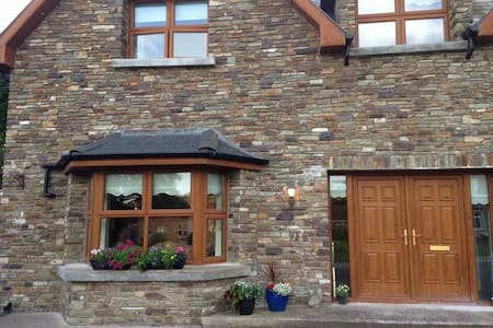Beautiful ensuite triple room, off street parking - Blarney - Haus
