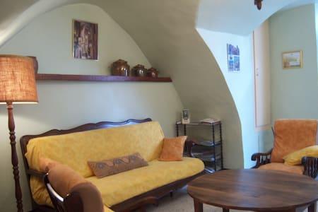 Gîte de France voûté centre village cour+solarium - Montpeyroux