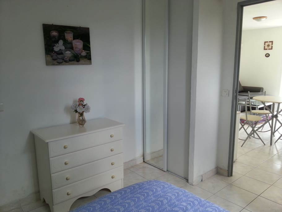 Chambre - 2 placards et commode