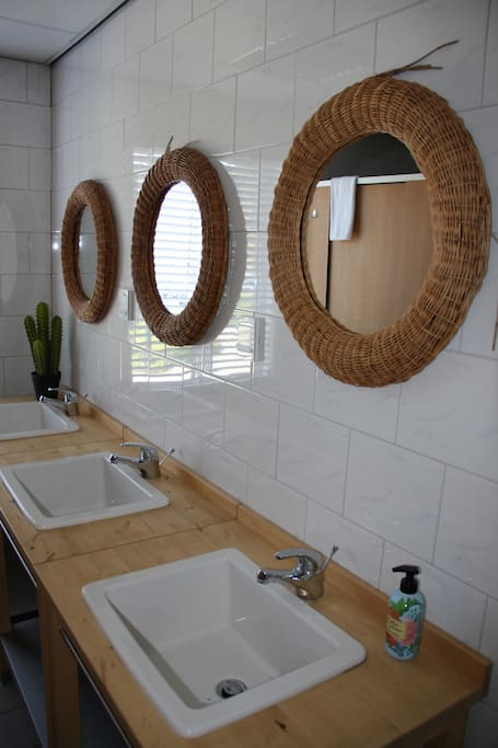 Er zijn 2 badkamers, waarvan 1 met 2 douches en 1 met 3 douches