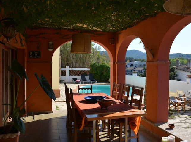 Casa de pueblo con piscina a 40km de Barcelona