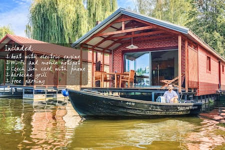 Comfy houseboat for 6 (max 8) + boat for free