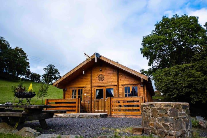 THE GEORGE- Log Cabin- with hot tub