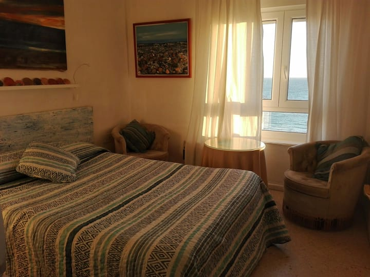 Dormitorio con ventana vista al mar