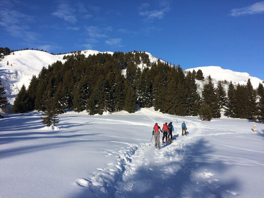 Depuis le village, on peut accéder au domaine skiable et à de nombreuses randonnées en raquette à neige.