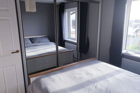 Cosy Double room, new kingsize bed, mirrored