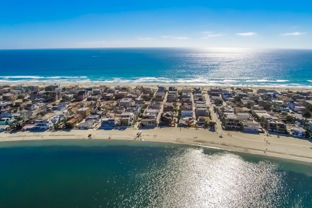 The cottage is situated in the heart of Mission Beach, where on one side you have the ocean, and the other side you have the bay. Both are less than a 1 minute walk from the cottage.