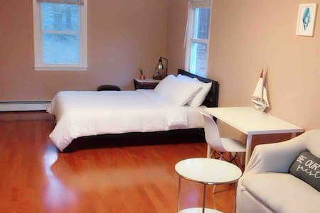 Master bedroom 99 (5min to Woodbury outlet)