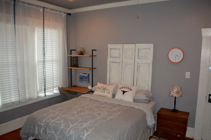 Charming Bungalow Bedroom w/Private Bath on Rail