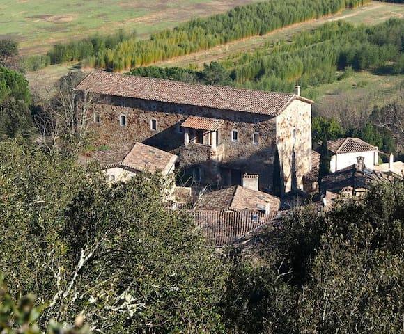 Le Centre Artistique Roy Hart, (Château de Malérargues) est à 3km