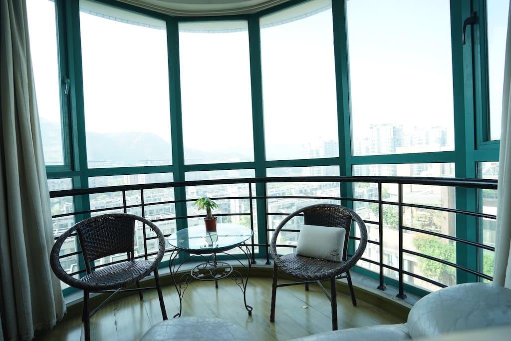 落地窗,视野开阔,对面就是群山和蚂蚁金服新大楼