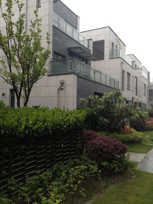 小区内部干净整齐,庭院绿化优美