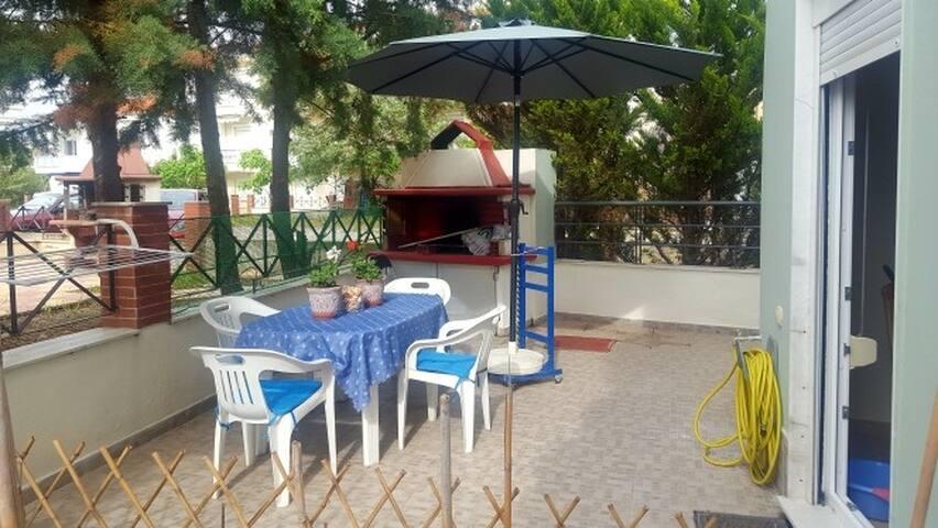 Уютный дворик,окруженный кипарисами, с местом для BBQ.Прекрасная возможность проводить большую часть времени на свежем воздухе!