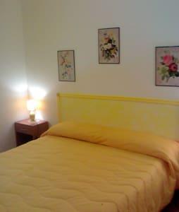 camera matrimoniale Gialla - Tre Fontane