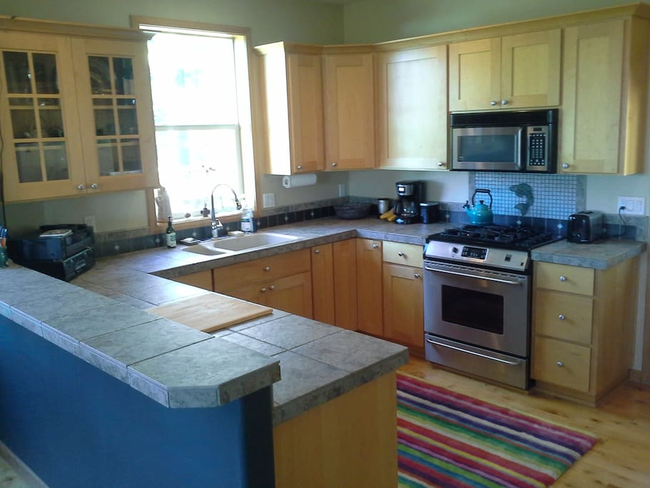 Large kitchen, gas stove, dishwasher, free organic coffee and tea