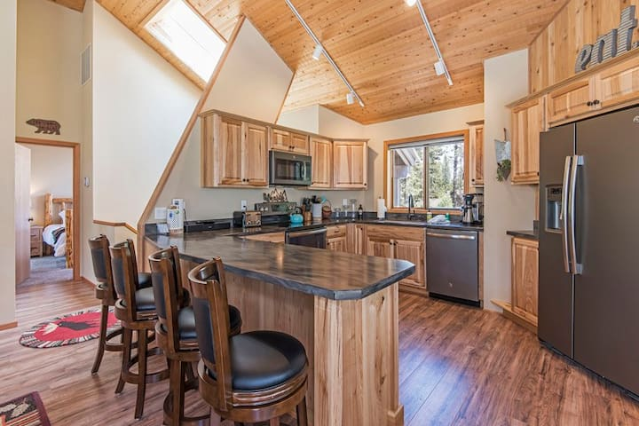 Filbert 17 Beautifully Updated Sunriver Home Has Multiple Decks, Bikes, SHARC Passes and Hot Tub!
