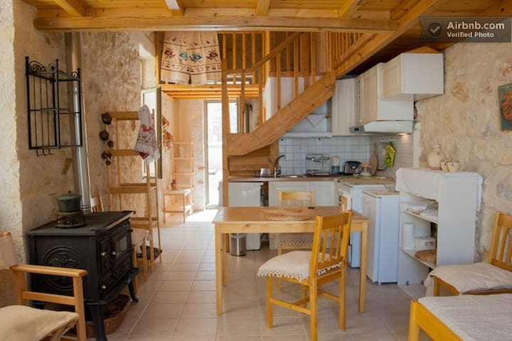 KITCHEN, VIEW TO SINGLE BED LOFT AND ENTRANCE