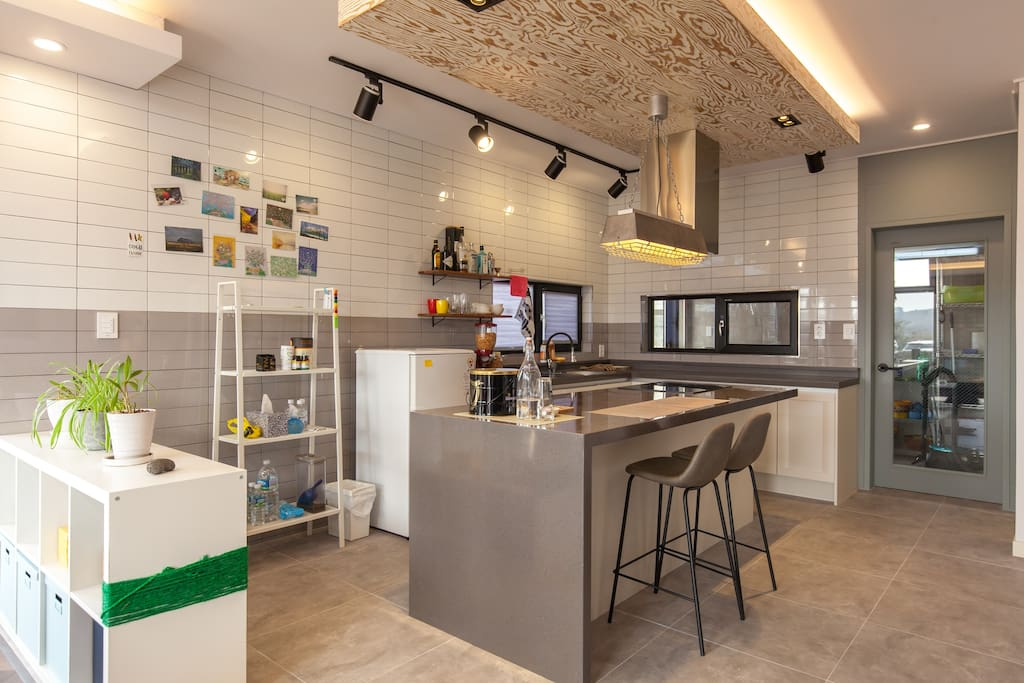 Nice kitchen and bar.
