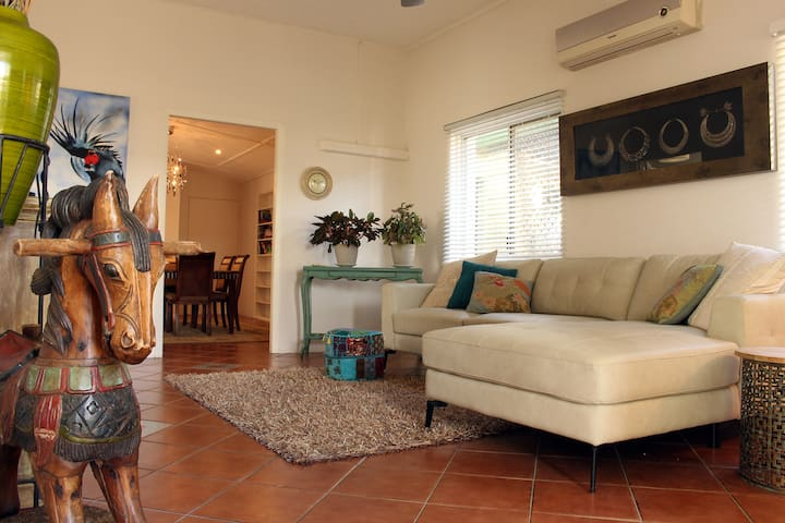 QUAINT COTTAGE - WALK TO CAFES BARS & RESTAURANTS - South Townsville - Hus