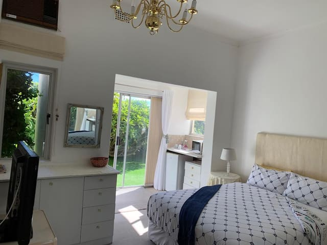 SEA POINT/FRESNAYE Spacious, sunny double room