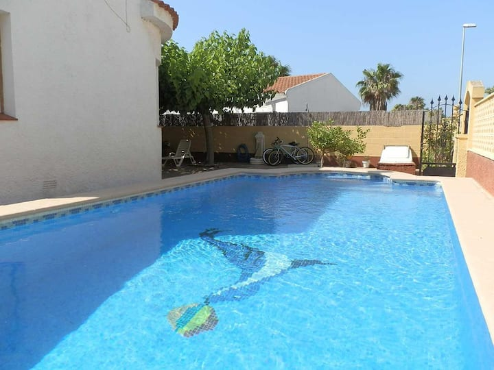 CASA NAVARRO 1,Ideal house for your holidays near the sea, free wifi, air conditioning, private pool, pets allowed, dog's beach.