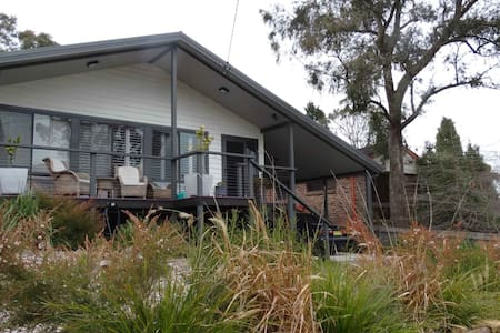 A mountain retreat, cool in summer, cosy in winter - Mount Victoria - House