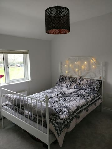 Bright spacious bedroom ten mins from dublin city - Drimnagh - Casa
