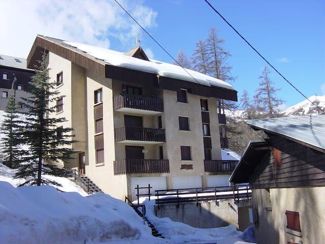 Vars 1850. T2 + Local Skis privé, 100 m des pistes - Vars