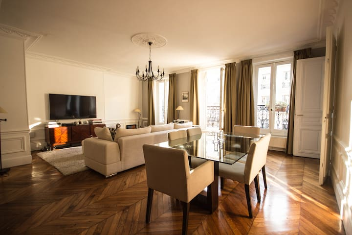 Parisian apartment - Champs Elysées / Montaigne