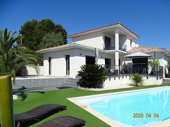 Proche Pézénas, villa piscine privée, commerces.