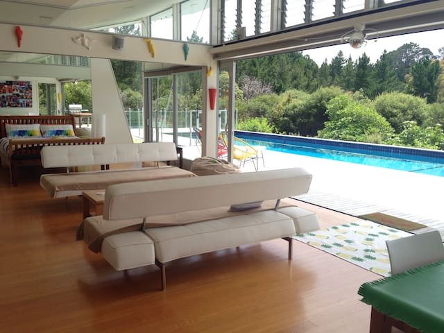 POOLHOUSE-HEATED POOL AND SPA, PAY FOR 3, STAY 4! - Whangaparaoa - Casa