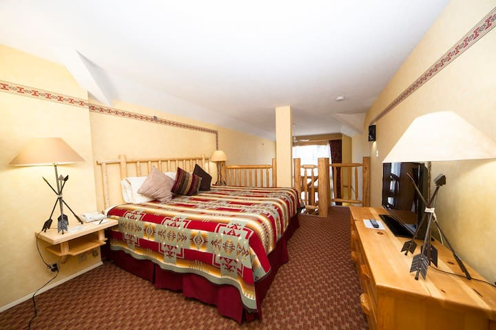 Comfy Loft Downtown Banff | Continental Breakfast