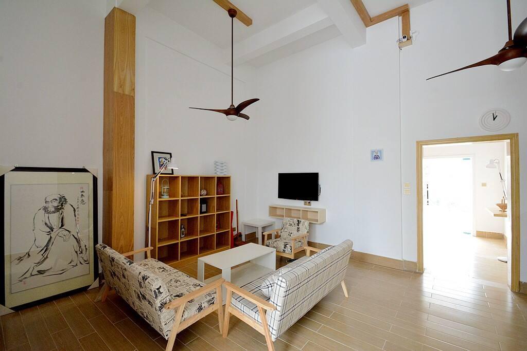 一楼的大厅,层高很高,达到了4米,在这里休憩,看看书,玩玩手机,怎么舒服怎么弄