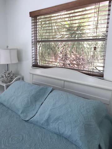 Cottage Secluded in Palms 1 minute walk to Beach