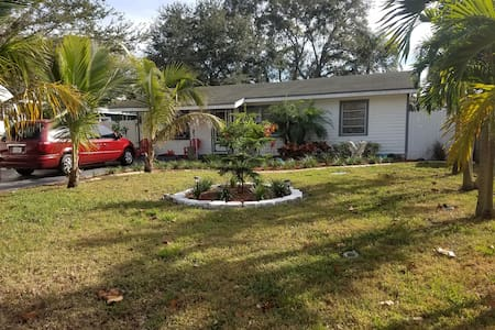 Very safe, quiet neighborhood and great pool,spa - Pinellas Park - Casa