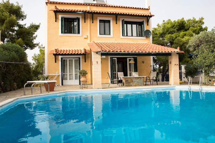 Pool-Villa with spacious garden, near the beach!