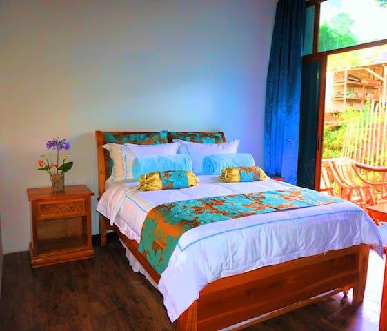 Bella habitación con balcón