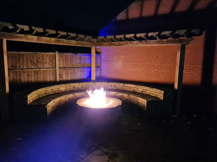Modern 4 Bed Detached Home with fire pit & parking