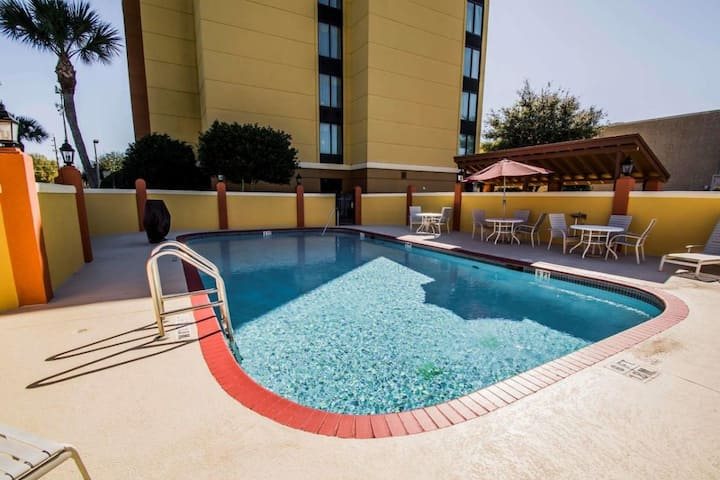 Great Deal! Four Amazing Units, Pool, Breakfast.