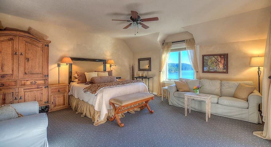 Queen Suite with Private Deck in Historic Inn