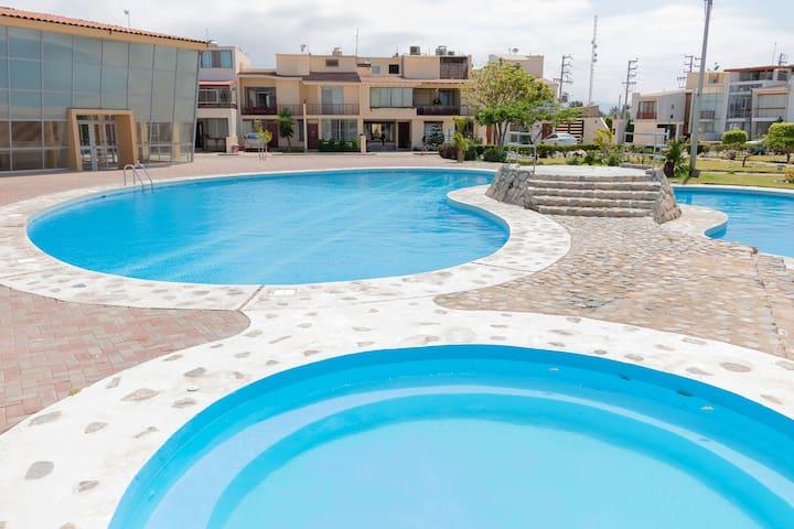 Chiclayo, lujosa casa en condominio con piscina.