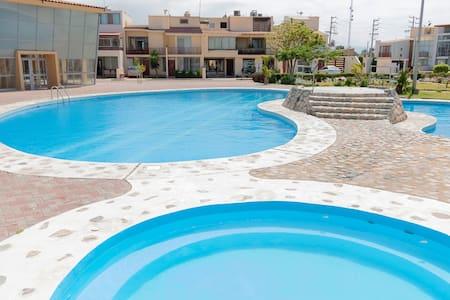 Chiclayo, casa lujosa en condominio con piscina.