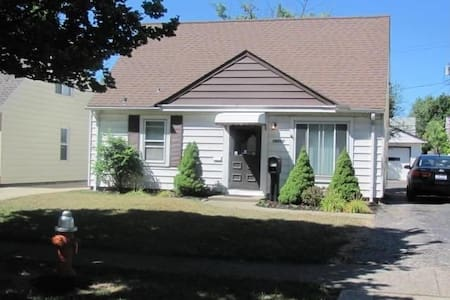Clean & Cozy Bungalow (Entire House - Sleeps 7) - Cleveland