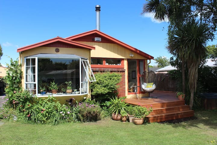 Sunny Beach Home with Big Garden - Nelson - Bungalow