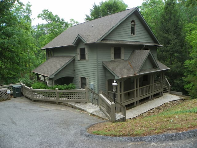Resort lakefront home with 6BR/3.5BA with resort amenities