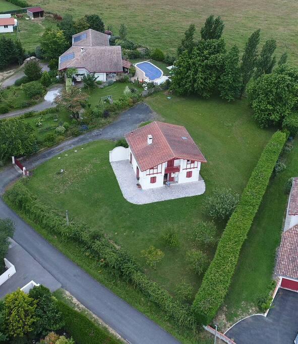 Vue d'ensemble de la maison et du jardin clos