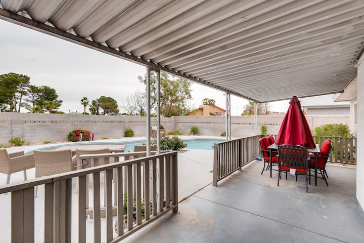 4 BR w/ Pool, Poker Room, Quiet Area & Near Strip